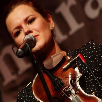 Ilona Karnicka – skrzypce i wokal. Na scenie skupiona i dbająca o każdy dźwięk perfekcjonistka. Poza sceną świetny kompan do spontanicznych wariactw ... - 2a70f91c3122c692ae120c88d5dfd82e